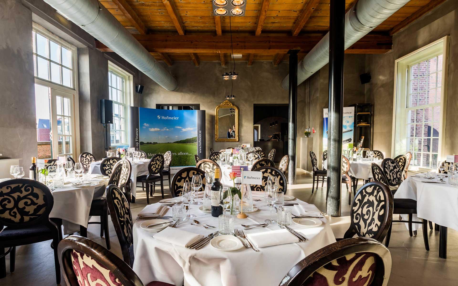 Zakelijke bijeenkomst diner restaurant ronde tafels zakelijk diner Vergaderlocatie Congreslocatie Vergaderzaal Locatie training ALV ruimte