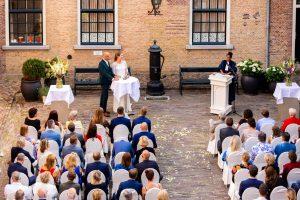 Buiten trouwen Ceremonie op de binnenplaats van Kasteel Woerden regio gouda rotterdam den haag kasteelbruiloft romantisch