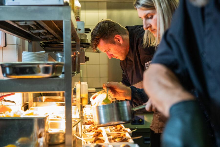ambachtelijk koken srteekgebomden ingrediënten vakmanschap catering kasteel woerden regio Utrecht gastvrijheid lekker eten walking diner lunch food