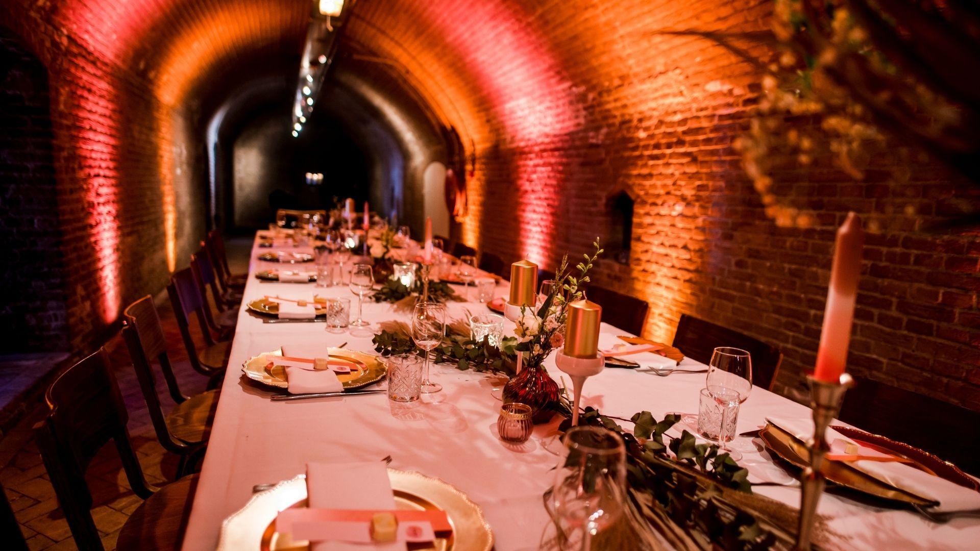 dineren in de gewelven aan één lange tafel